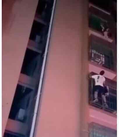 男子爬6楼救了男童自己不敢下来 到底是什么状况?